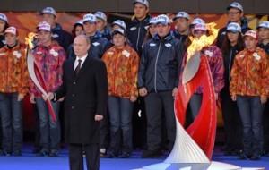 В Москве на Красной площади торжественно зажжена чаша олимпийского огня XXII зимних Игр в Сочи.