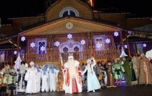 Российский Дед Мороз зажег первую новогоднюю елку страны в Великом Устюге